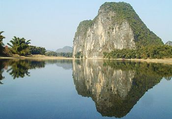 English: Rock reflection in river close to Yan...